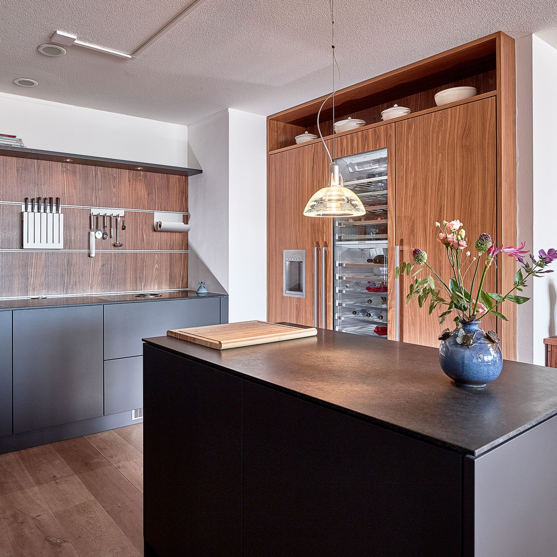 Hier zeigen wir eine edle, Uförmige Küche mit Insel von