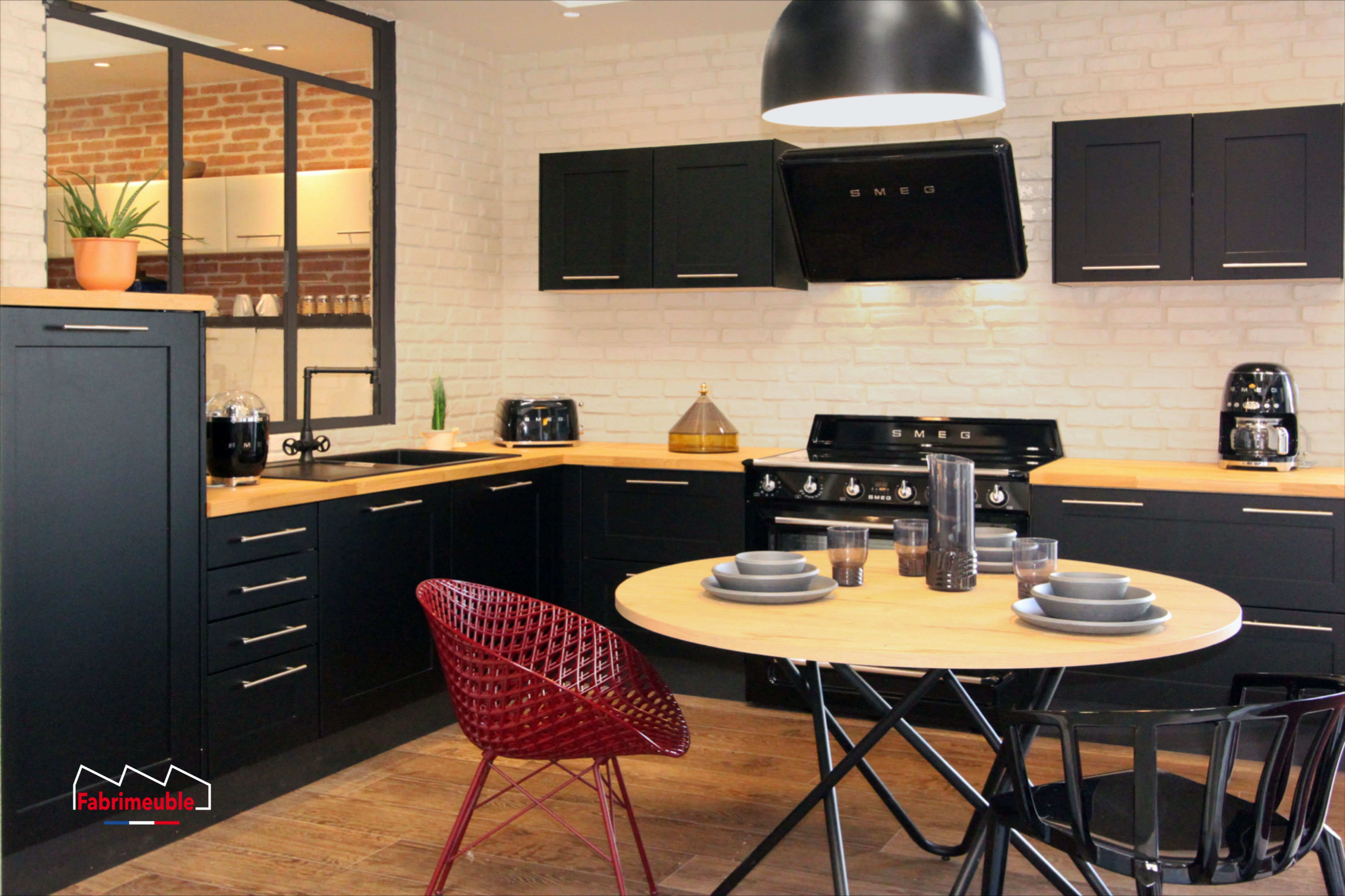 Cuisine noir et bois massif piano de cuisson smeg noir en 19