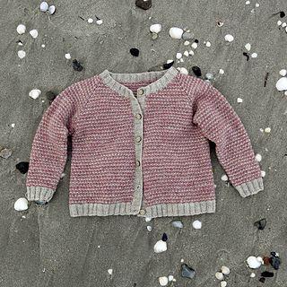 I vævestrik kan det være utroligt svært at overholde strikkefastheden - man kan nemt strikke lidt for stramt, og så bliver det færdigstrikkede for småt….