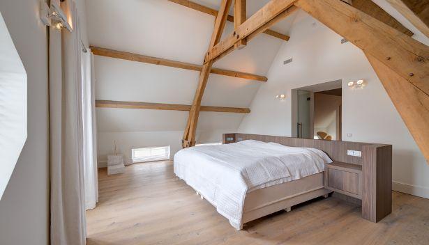 De nieuwe eigenaren van een grote monumentale boerderij in twente hebben het interieur en het - Slaapkamer met zichtbare balken ...