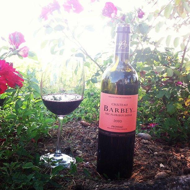 Au Milieu Des Fleurs Le Bordeaux Fait Palpiter Le Coeur Vin Winetasting Summertime Bordeaux Wine Wine Bottle Bordeaux Region