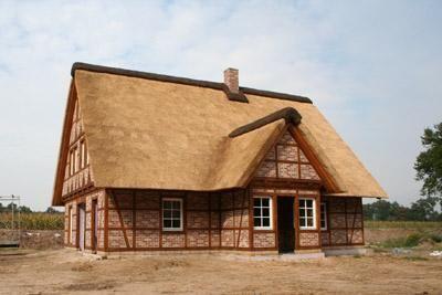 Neubau eines Fachwerkhauses mit Reetdach und Wärmepumpe in