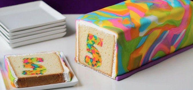 Es Sieht Total Kompliziert Aus Aber Dieser Umwerfend Knallige Kuchen Ist Ganz Einfach Kuchen Kindergeburtstag Coole Kuchen