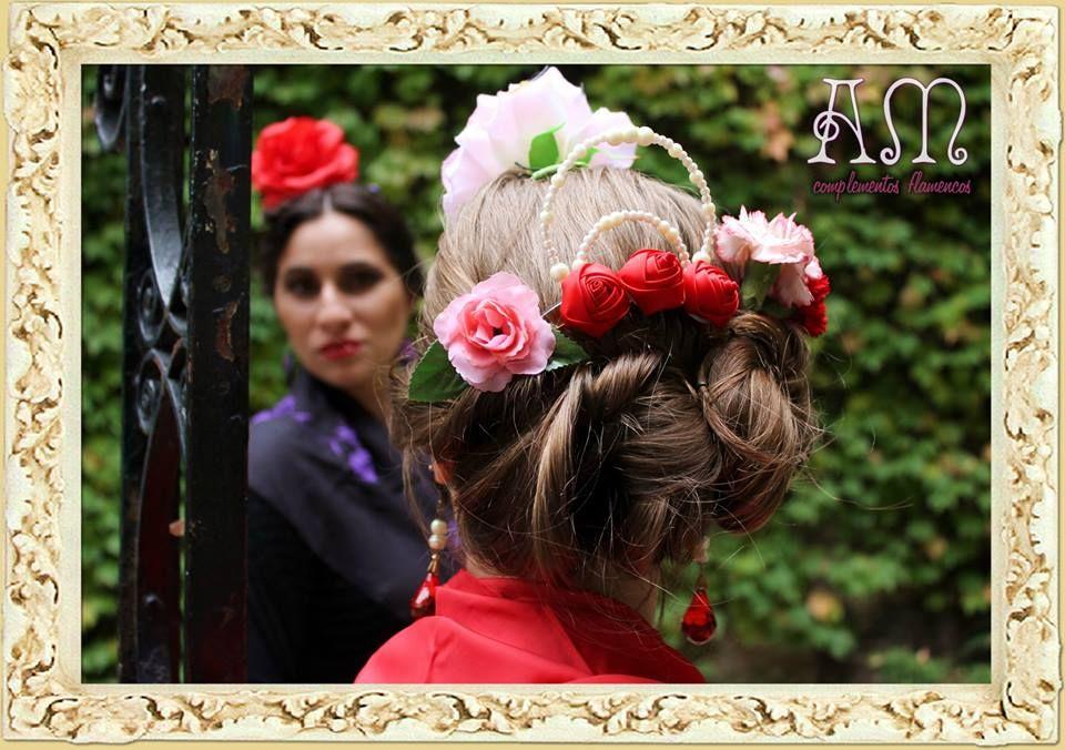"""""""Andalucía en Buenos Aires"""" Nuevo catálogo de complementos flamencos 2014 de Amapolas Moras   Marina: Peinetón modelo """"Rosales"""" con cuentas de perlas opacas crema y flores gigantes de raso rojas; Aros de gota prismática y perlas, Peinetas de rosas con hoja y flor grande rosa"""