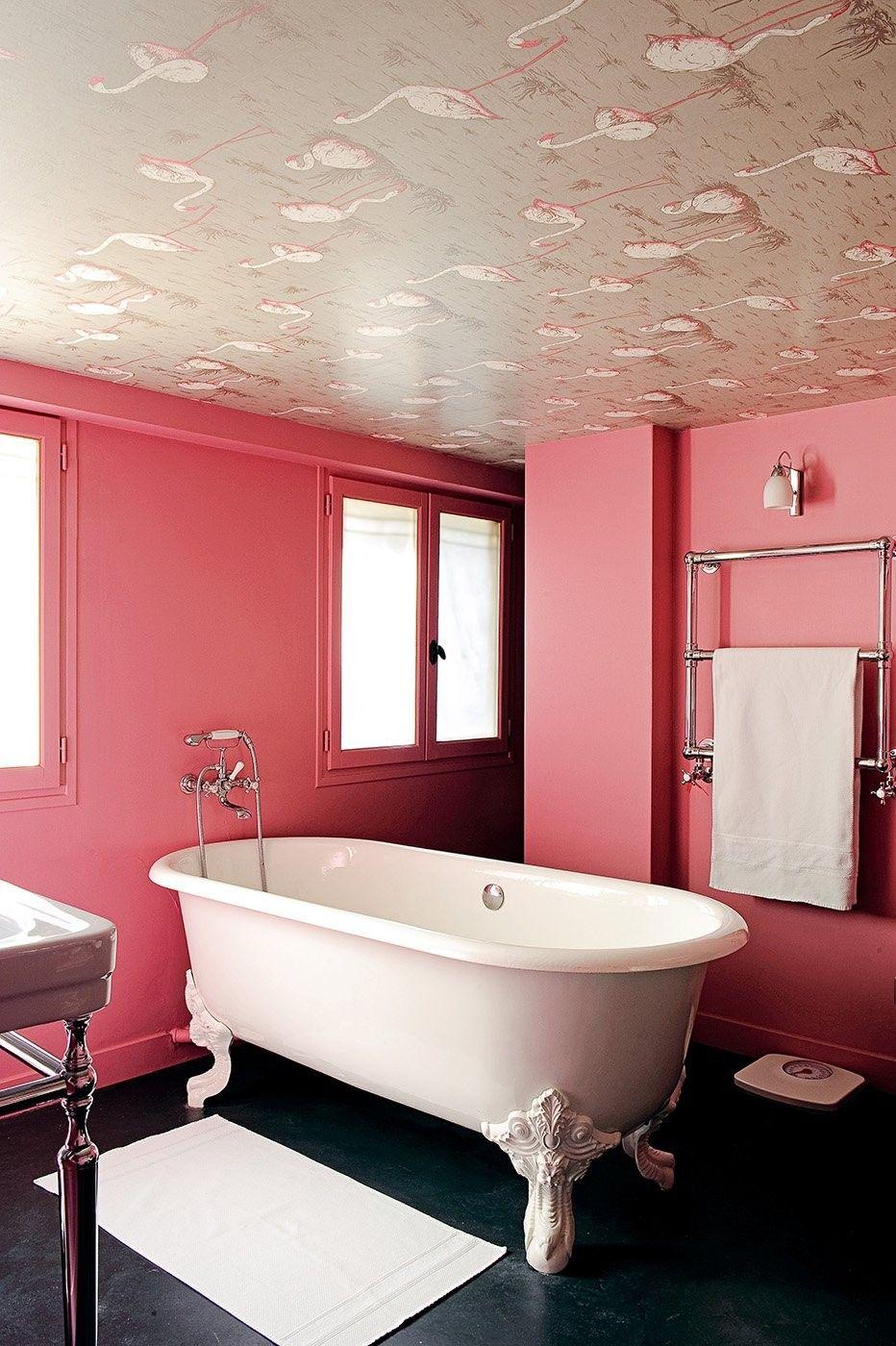 Une baignoire îlot pattes de lion. | Salle de bain rose, Bain rose, Salle de bains rose et gris