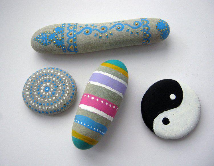 steine bemalen bunte streifen yin und yang diy do it yourself selber machen europaletten. Black Bedroom Furniture Sets. Home Design Ideas