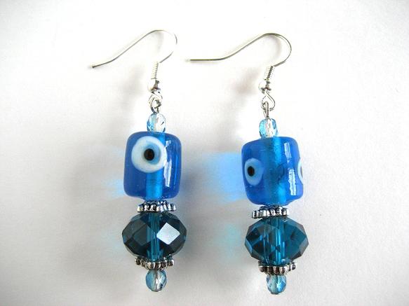 トンボ玉と呼ばれる、模様のついたガラスビーズを基調に仕上げたピアスです。トンボ玉のほかにブルーのクリスタル、ファイヤポリッシュガラスビーズを使っています。トン...|ハンドメイド、手作り、手仕事品の通販・販売・購入ならCreema。