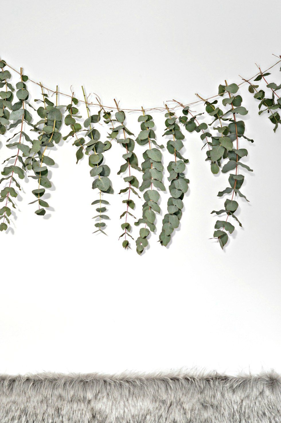A quick (and easy) DIY eucalyptus garland - DIY home decor - Your DIY Family #garlandofflowers