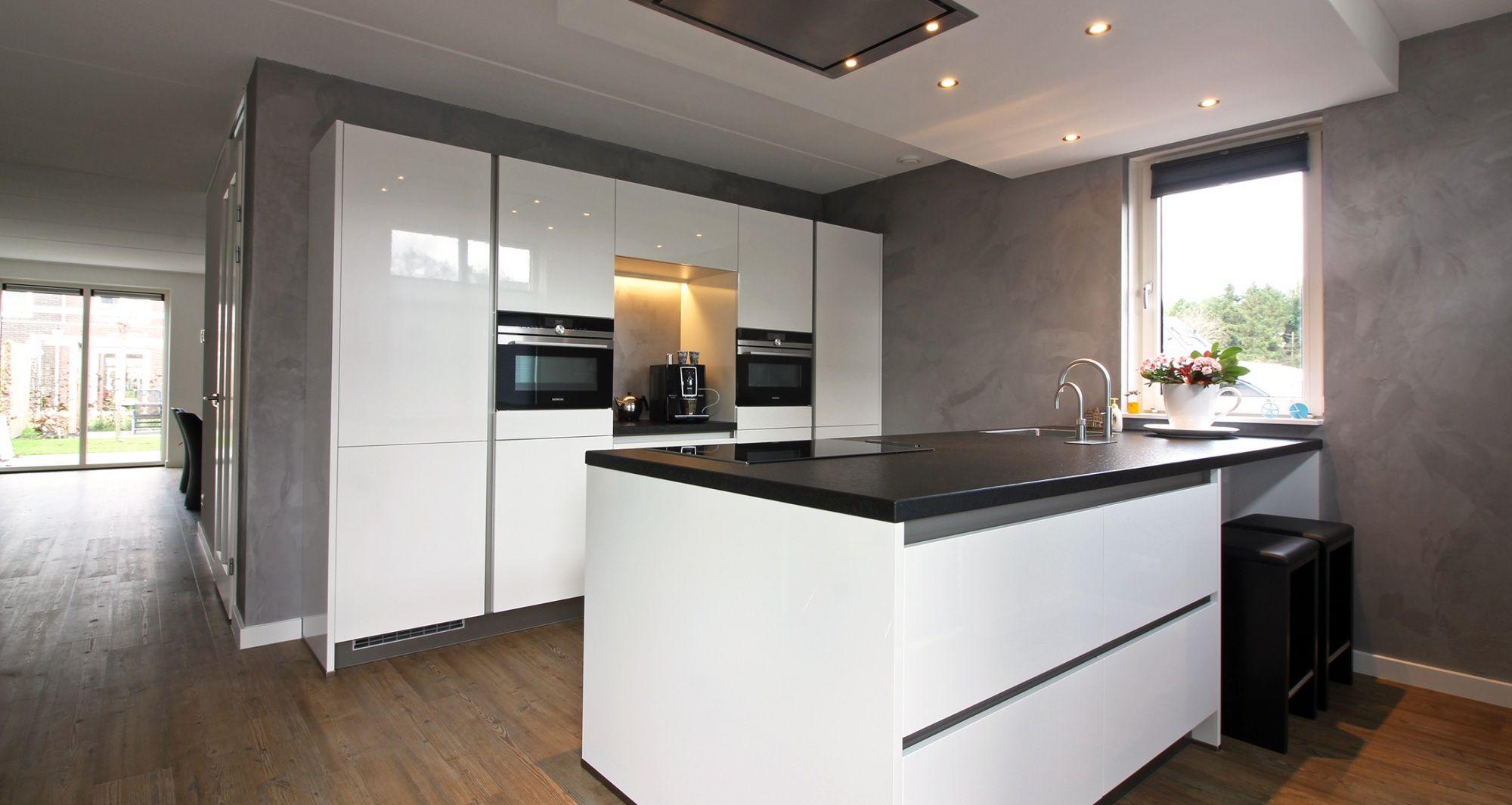Beste Deze hoogglans witte keuken is voorzien van een hoge kastenwand HK-08