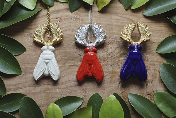 Y-Hybrid: a fly with moose antlers as a brooch or necklace and in differen colors: cobalt blue/gold, white/gold and red/silver. Beautiful combination of ceramic and metals! --------------- Y-Hybrid: una mosca con cuernos de alce como broche y colgante y en diferentes colores: cobalto /dorado, blanco/dorado y rojo/plateado. Una bonita combinación de cerámica y metal! --------#hybrid #fly #moose #necklace #brooch #christmas #xmasgift #hibrido #mosca #alce #collar #broche #navidad