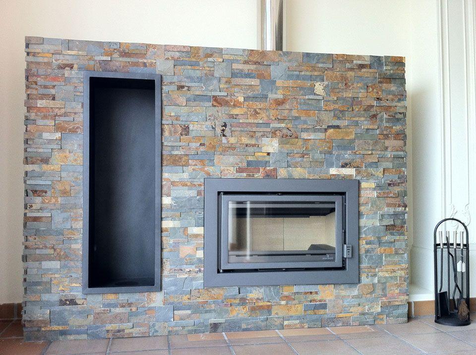 Chimenea con revestimiento de piedra y le ero vertical for Estufa hogar moderna