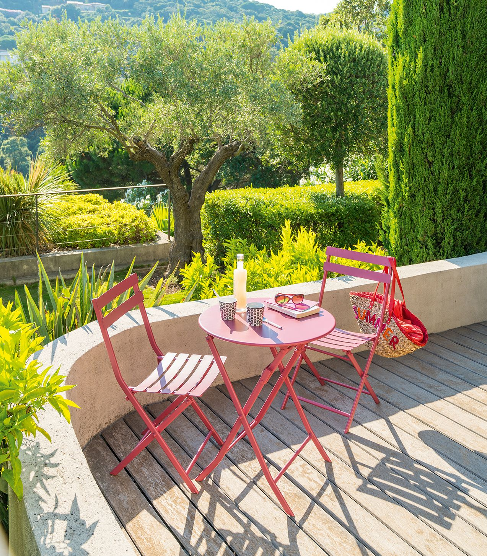 Pensée pour les petites terrasses, la table de jardin pliante ronde ...