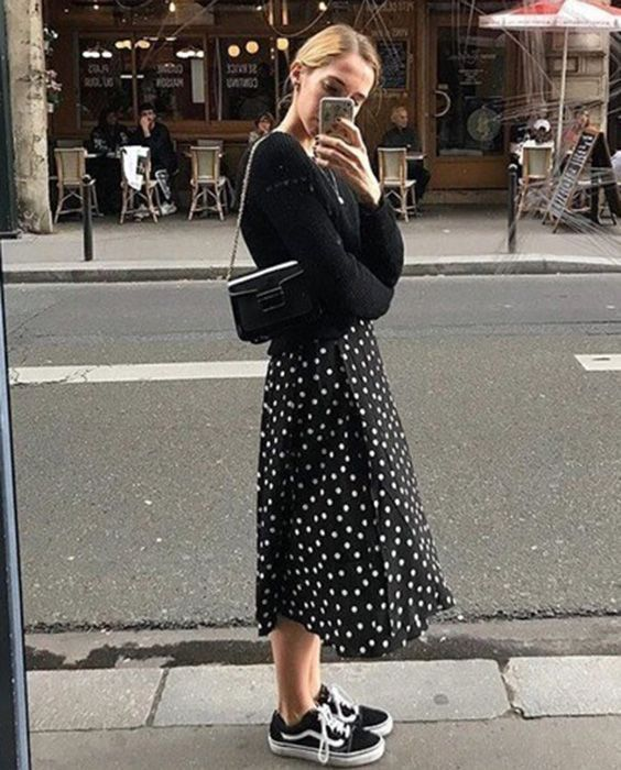 10 outfits de lluvia perfectos para ir a la oficina –  Faldas midi.  Las faldas …,  #Faldas…