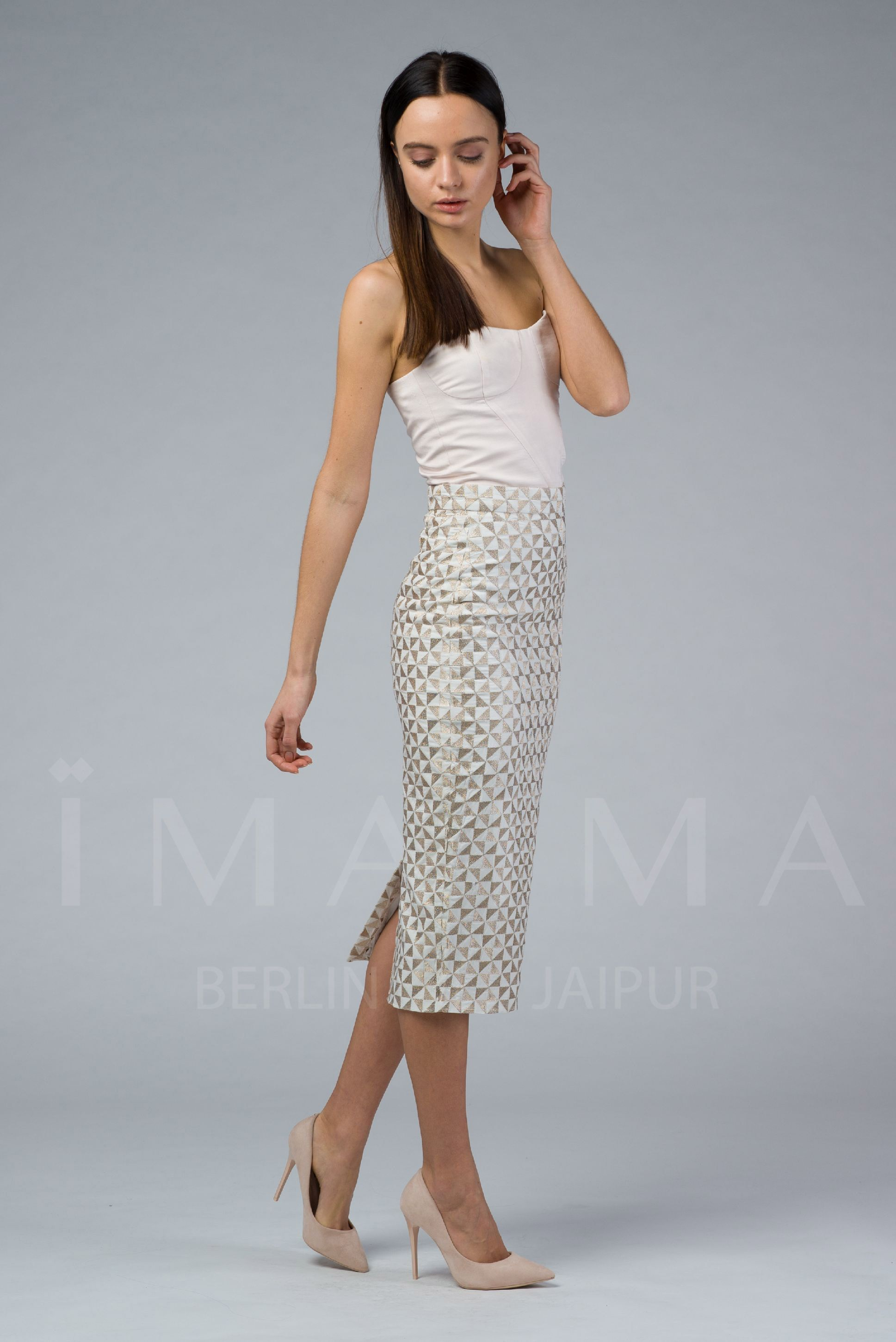 LILLY is an embroidered long pencil skirt. It is a close-cut bodycon fit with a high-rise waist, a kick slit and a concealed zip at the side for fastening. It is fully-lined. LILLY is the embroidered SHALA!