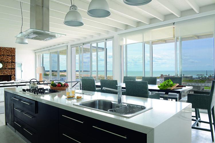 A su lado, la cocina se organiza en una isla que sobre una mesada de ...
