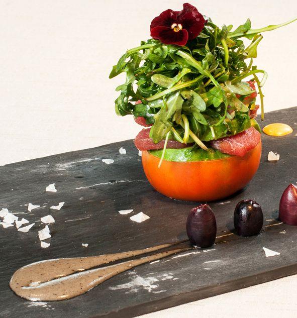Ensalada de tomate raff, aguacate, atún marinado en soja y aceituna de Kalamata
