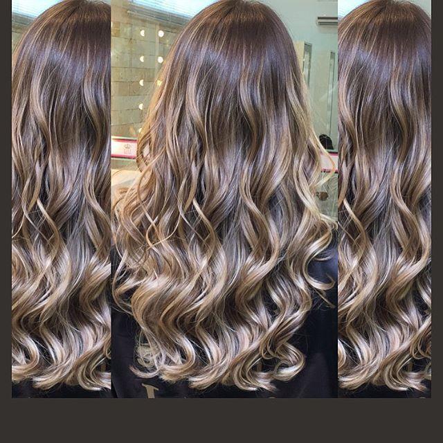 #mulpix Hair ideal pra quem ama raiz natural e mesclando com degradê nas cores loiro caramelado com loiro areia e leves pinceladas do pérola  #Hair por @lilianestudioliss   #hair #cores #salaogoiania  #goiania  #studioliss