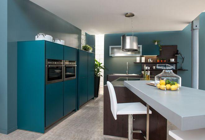 Une cuisine colorée entièrement sur mesure