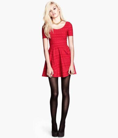 Jerseykleid 19,95 BESCHREIBUNG Kurzes Kleid aus stretchigem Jersey mit Strukturmuster. Modell mit kurzen Ärmeln und tiefem Ausschnitt vorn und hinten. Oben figurbetont, unten ausgestellt. Ungefüttert.
