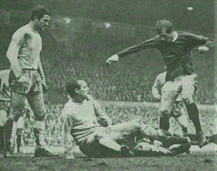 Man Utd 5 Sunderland 0 in Nov 1966 at Old Trafford. Denis Law in action in the rain and mud #Div1