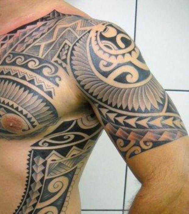 Tatouage maori sur le bras et le haut du torse