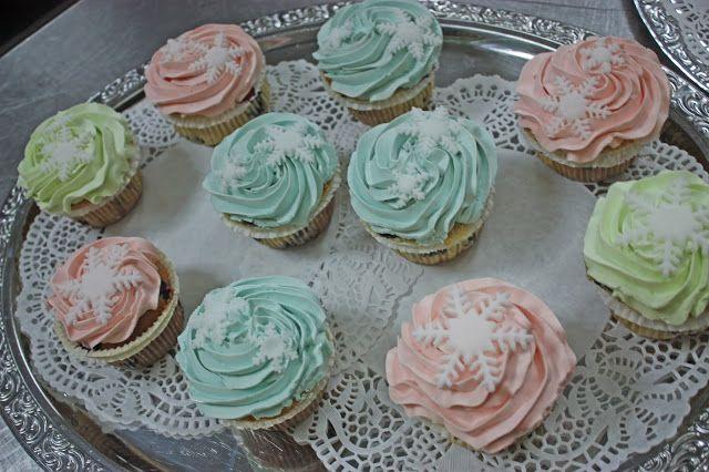 Winterliche Cupcakes mit Schneekristallen in Frost-Farben auf silbernen Etageren - Winterhochzeit - Winter wedding frozen colours cupcakes with snow flakes