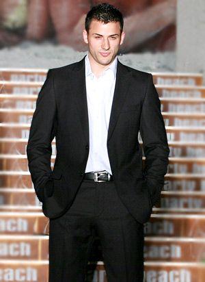Черен костюм с бяла риза е класика за елегантния мъж | Красивая ...