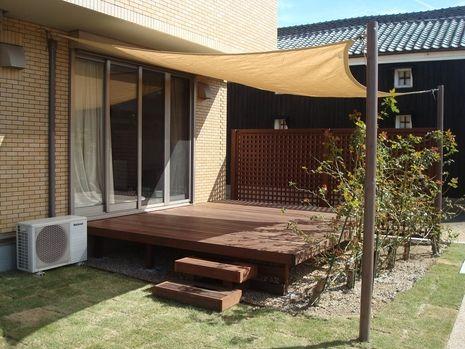 ウッドデッキとシェードは夏を快適にすごせます。 Interior Backyard Patio、roof