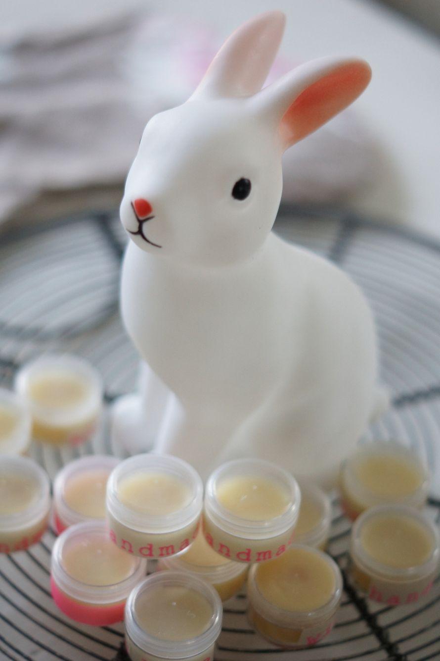 Huulirasvan tekeminen on helppoa. Kosmetiikkalaatuisesta mehiläisvahasta tehtyä huulirasvaa voi käyttää huulien lisäksi kynsinauhoihin ja kuiviin...