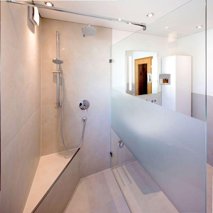 Walk-In-Dusche mit Ecksitzbank und gläserner Abtrennung,. die einen ...