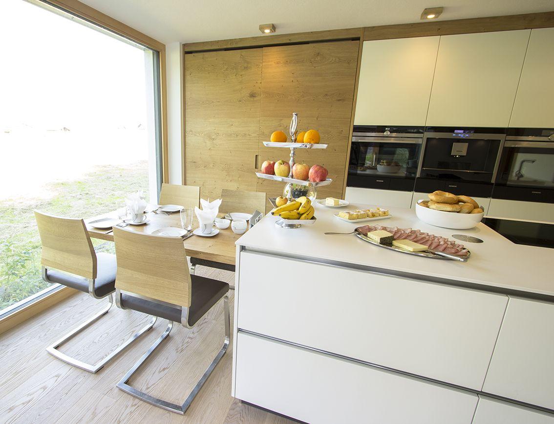 Küche mit integriertem Essplatz. Der Essplatz für vier Personen ist ...