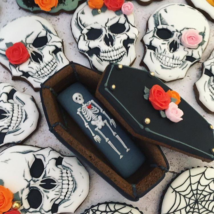"""Wioletta Enenkiel Mukherjee on Instagram: """"cookies #royalicing #handmadewithlove #handdecorated #sugarartist #edibleart #ediblegifts #decoratedsugarcookies #halloweencookies…"""""""