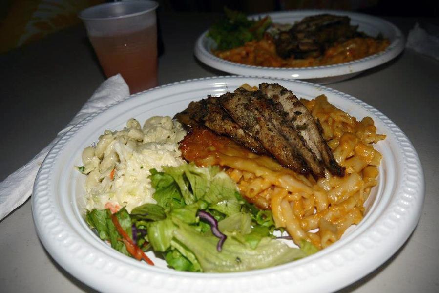 Barbadoksen kansallisruoka on flying fish & macaroni pie. Tätä on pakko maistaa ainakin kerran Barbadoksen loman aikana.  Lähde makumatkalle: http://www.finnmatkat.fi/lomakohde/barbados/?season=talvi-13-14