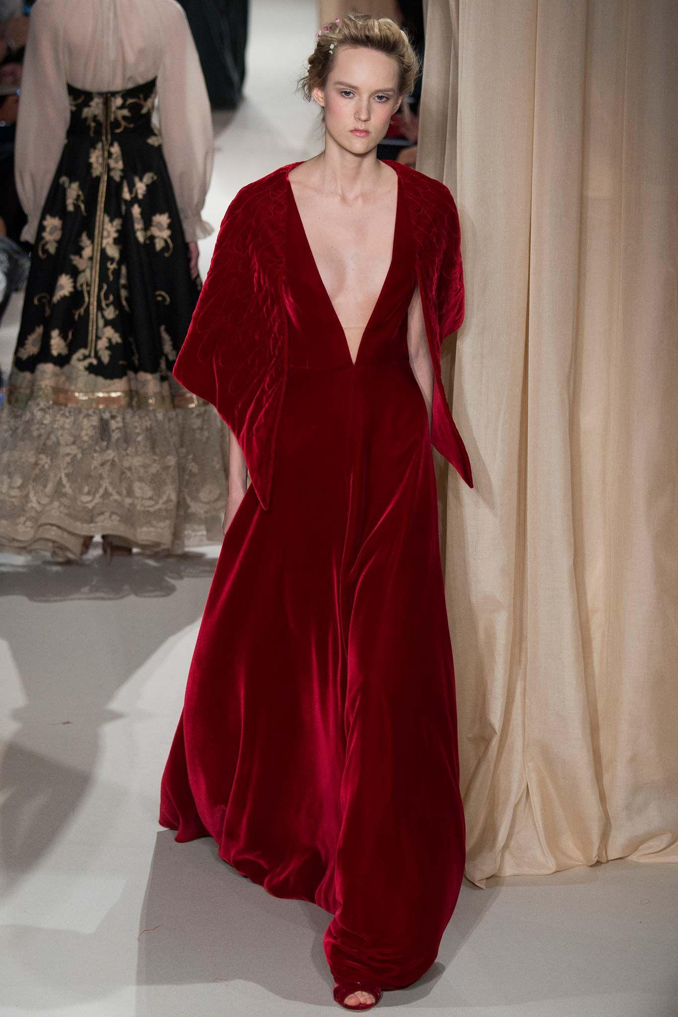 0f77a9a07492b vestido alta costura. valentino. decote. vermelho.   BEAUTY FASHION ...