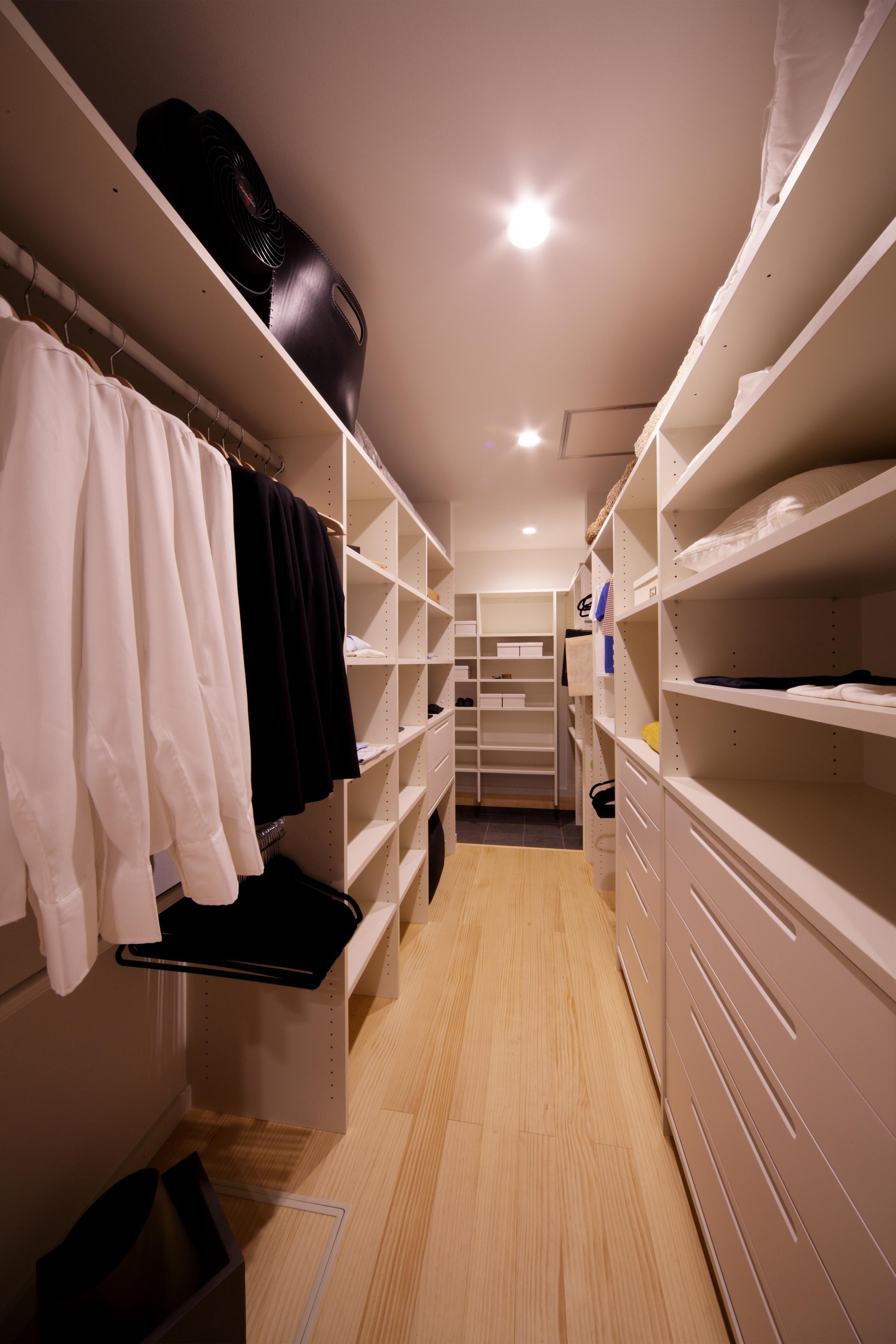 玄関横に靴、その他の収納を集約し、室内に外の埃を持ち込まない