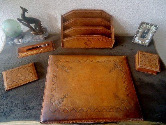 vintage leather desk set parure de bureau ancienne en cuir repouss par frenchtouchsochic. Black Bedroom Furniture Sets. Home Design Ideas