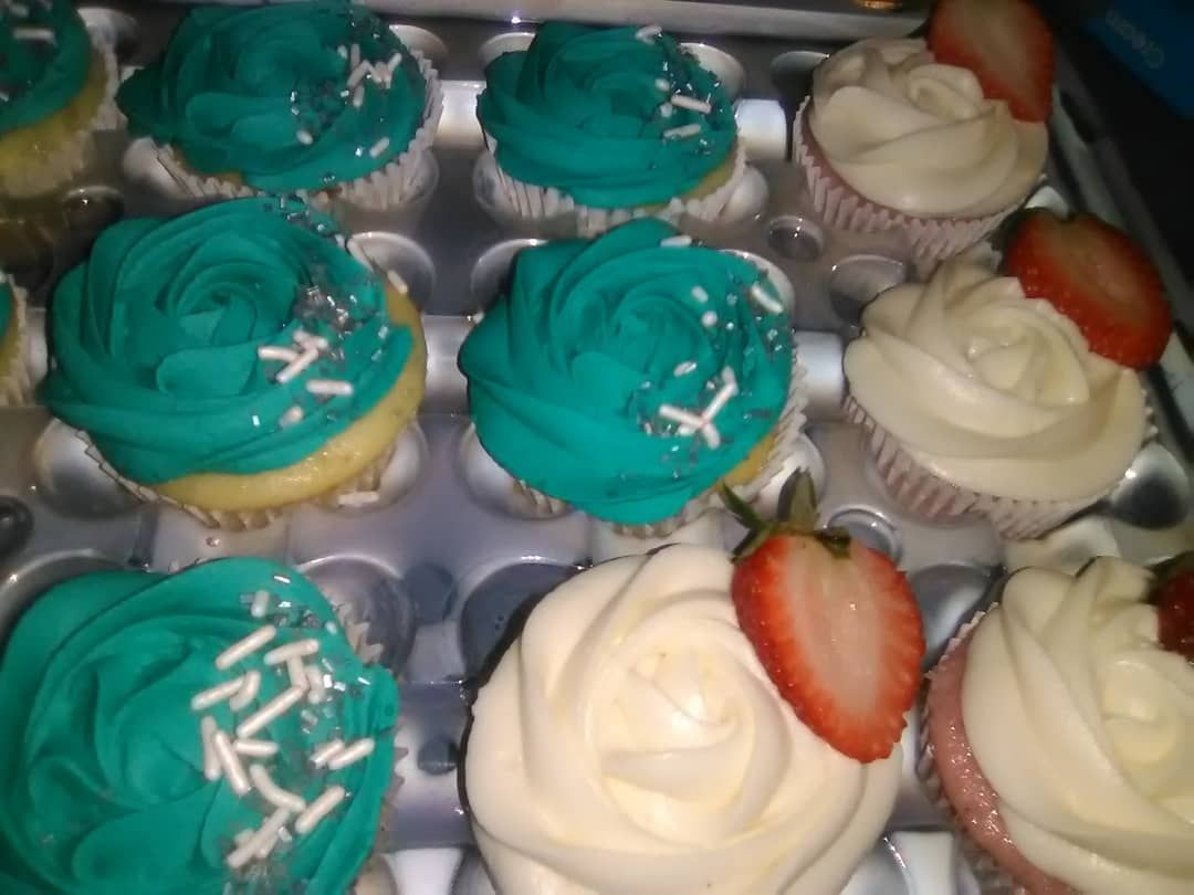 Vanilla Strawberry And Red Velvet Cupcakes For When You Cant Pick Just One Flavor Yeahthatg Strawberry Cupcakes Red Velvet Cupcakes Cake Decorating