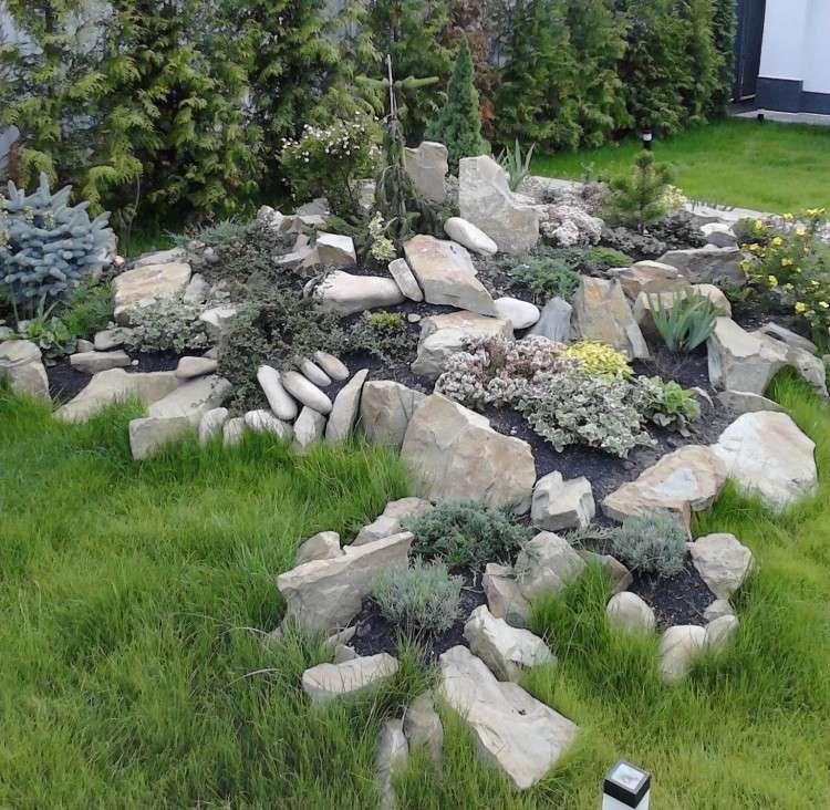 Steingarten hellgraue-felsen-wacholder-bodendecker-pflanzen - garten anlegen tipps