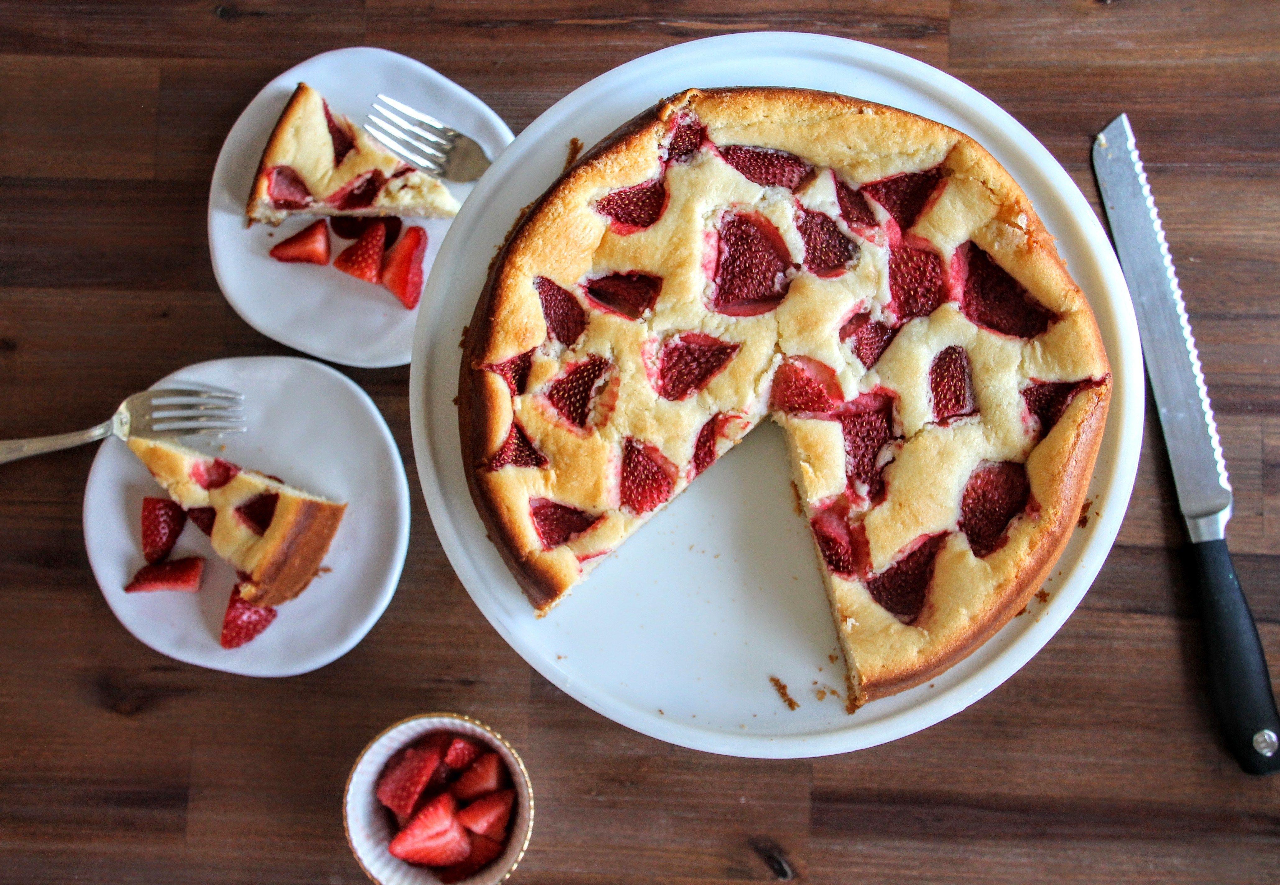 Strawberry Lemon Yogurt Snack Cake - Mama du Jour