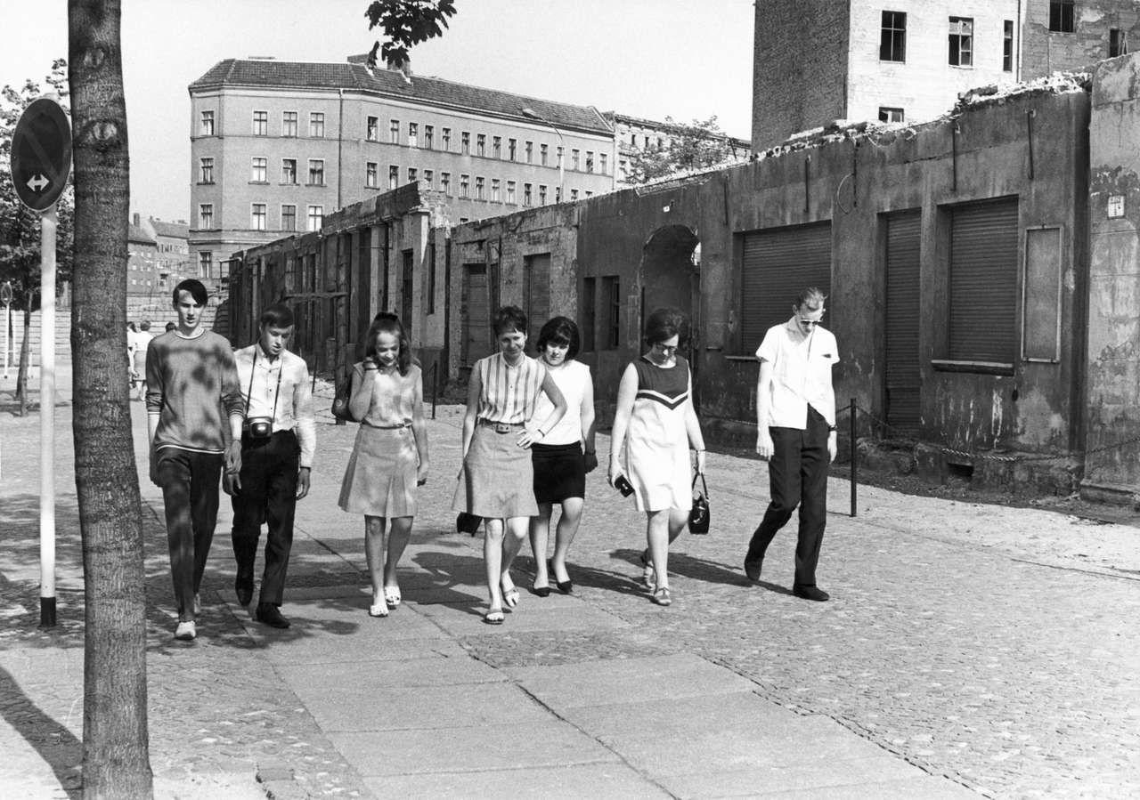 Mauertourismus Vermutlich Im Jahr 1971 Die Gruppe Ging An Den Gesprengten Hausern Der Bernauer Strasse En Berliner Mauer Berlin Geschichte Evangelische Kirche