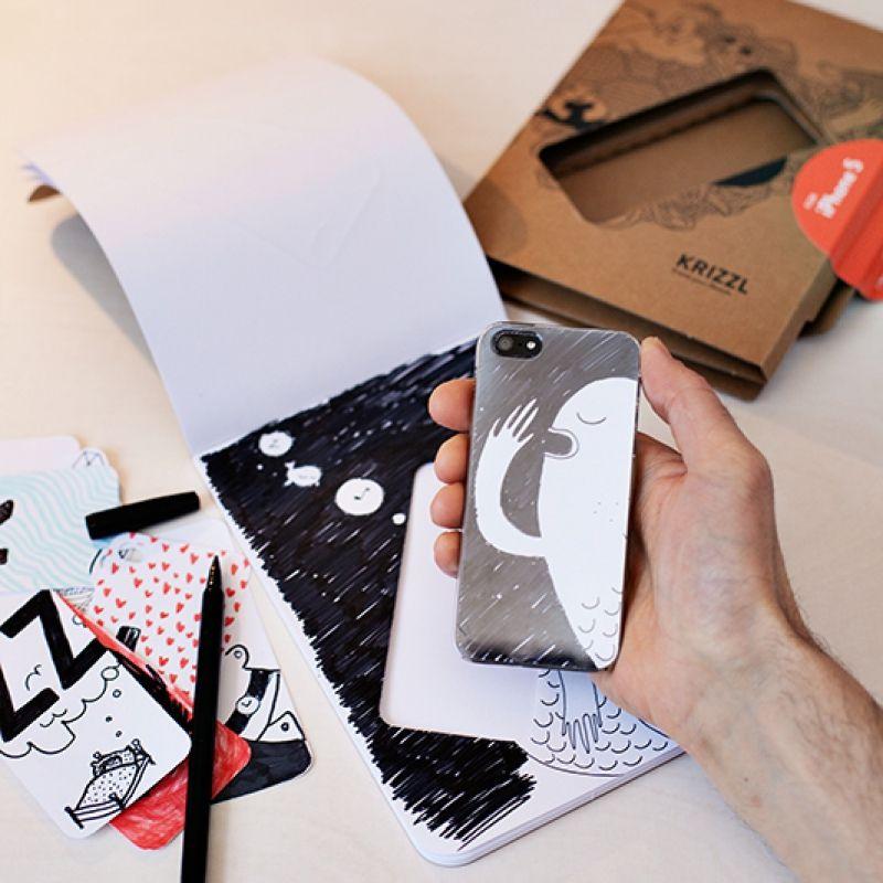 Zu finden auf http://www.my-little-store.de/5tjthaicps43rtxc:42 KRIZZL von schön & ehrlich. Das Case für iPhone 5, das Deine Ideen & Skizzen analog aufs Handy bringt