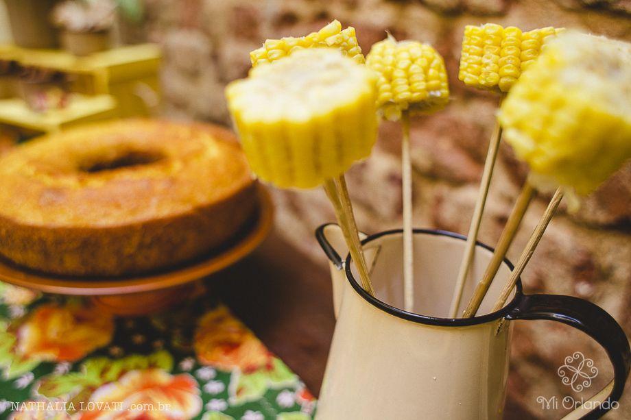 O milho verde servido em palitos de churrasco e acomodado nesta jarra de ágata (peça de família) faz toda a diferença na mesa de festa junina: decoração e tradição