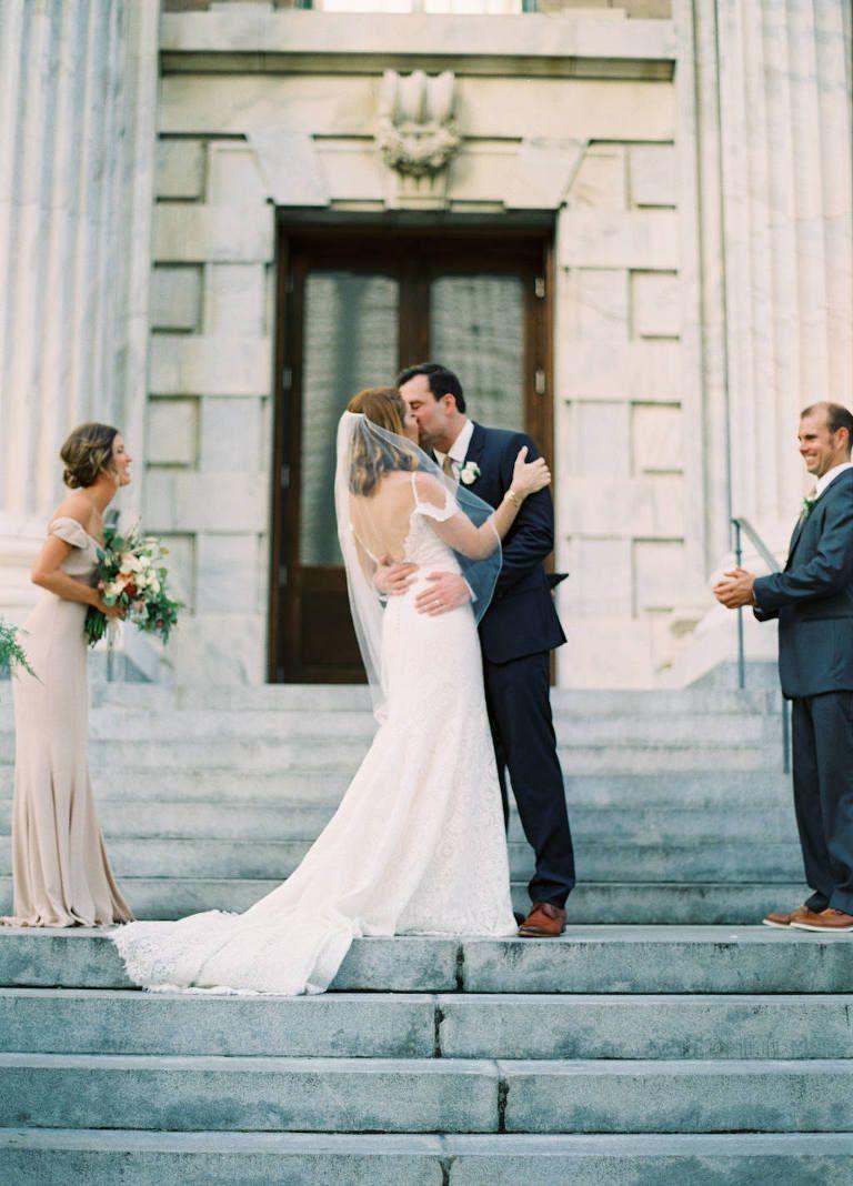 Aussenarchitektur Hochzeitszeremonie Erster Kuss Portrat Auf Der