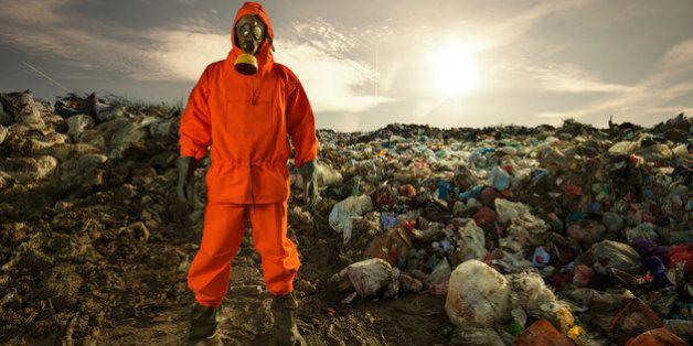 Por que você NUNCA deve jogar roupas velhas no lixo