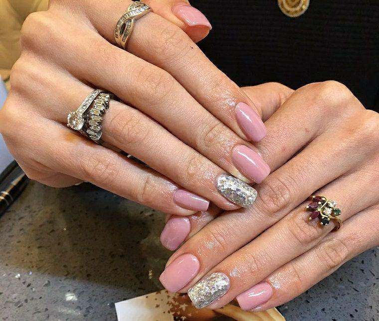 Unghie gel decorazioni semplici, smalto rosa con accent nail sull\u0027anulare  argento glitter