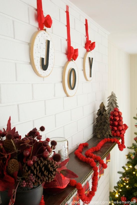 christmas-mantel-JOY-embroidery hoop-ornaments-One-project-closer - chimeneas navideas