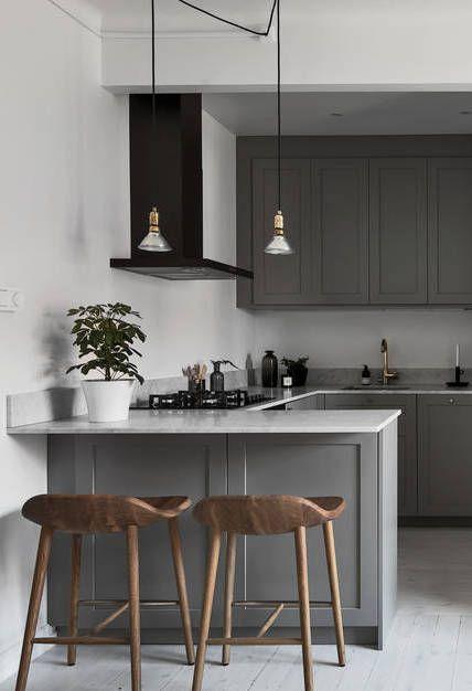 Cocina gris con tonos de blanco y negro, y encimera de mármol ...