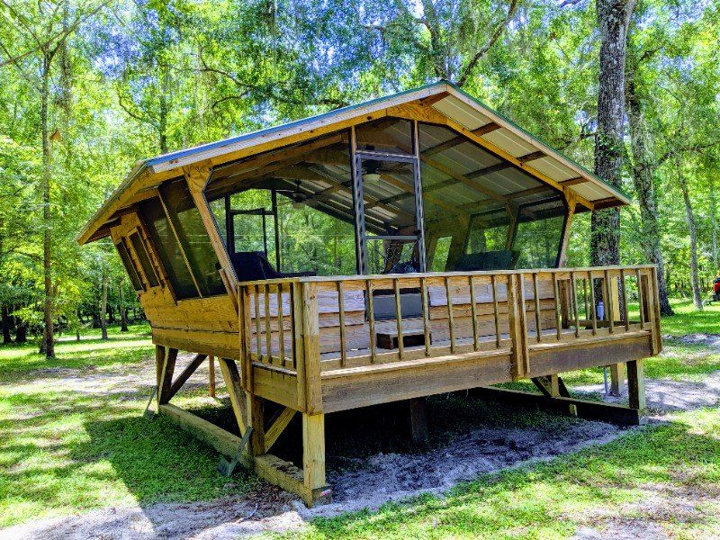 24 Of The Coolest Airbnb Rentals For A Totally Unique Florida Getaway River Cabin Green Roof House Tree House