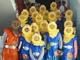 Disfraz hecho a mano por niños. Disfraz casero de submarinistas. Disfrazarse en la escuela por carnaval