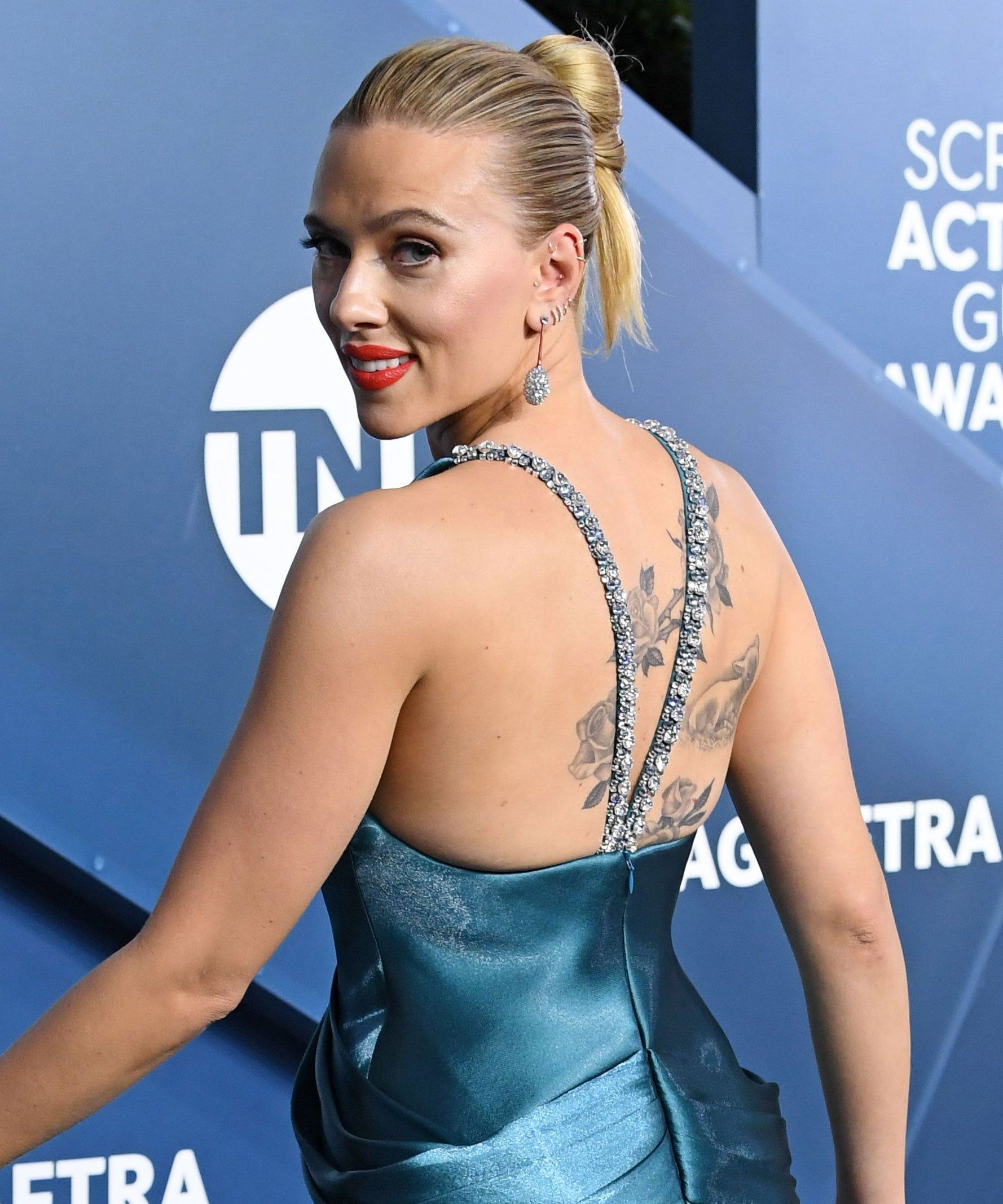 Scarlett Johansson Shows Off Her Massive Back Tattoo At Sag Awards In 2020 Scarlett Johansson Hairstyle Scarlett Johansson Scarlet Johansson